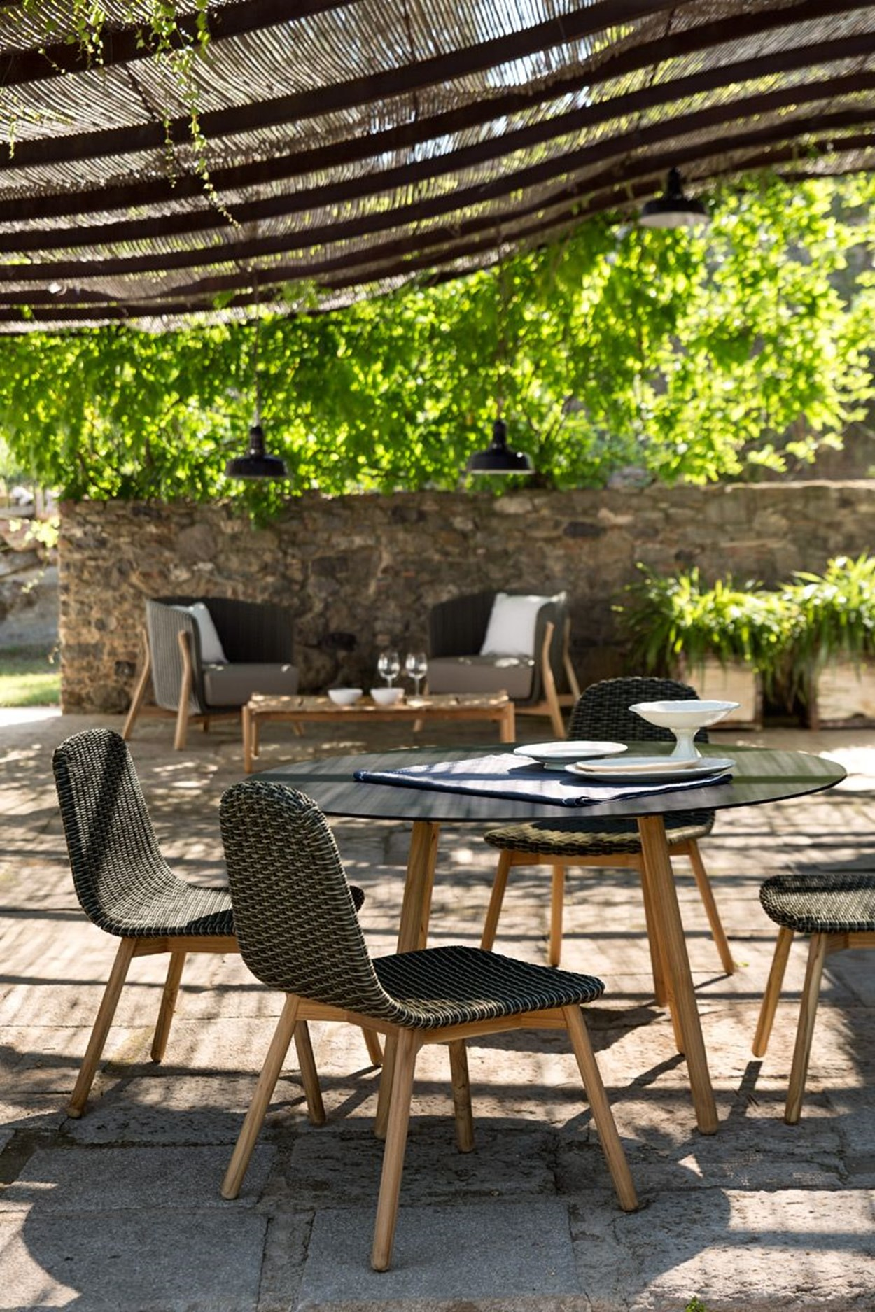 Round outdoor dining set furniture from spain for Outdoor furniture spain