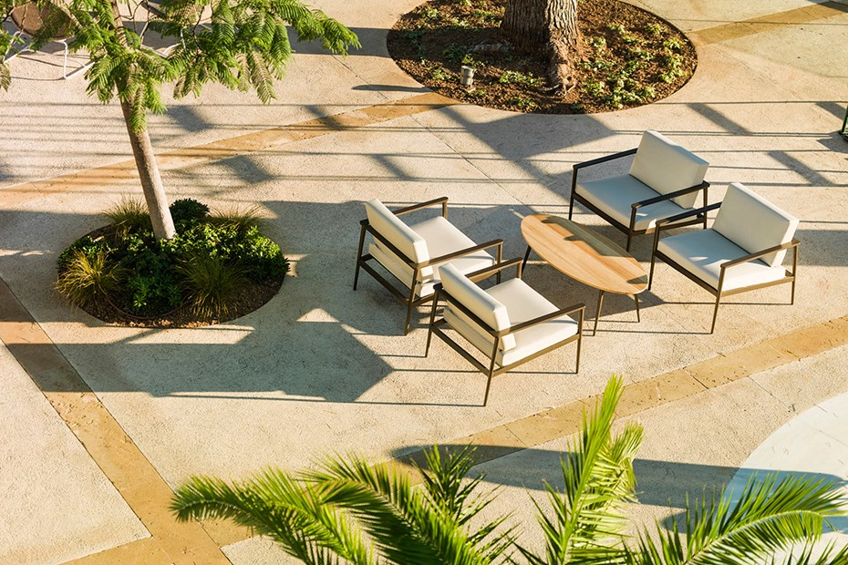 bivaq-outdoor-longe-chairs-oval-coffee-table