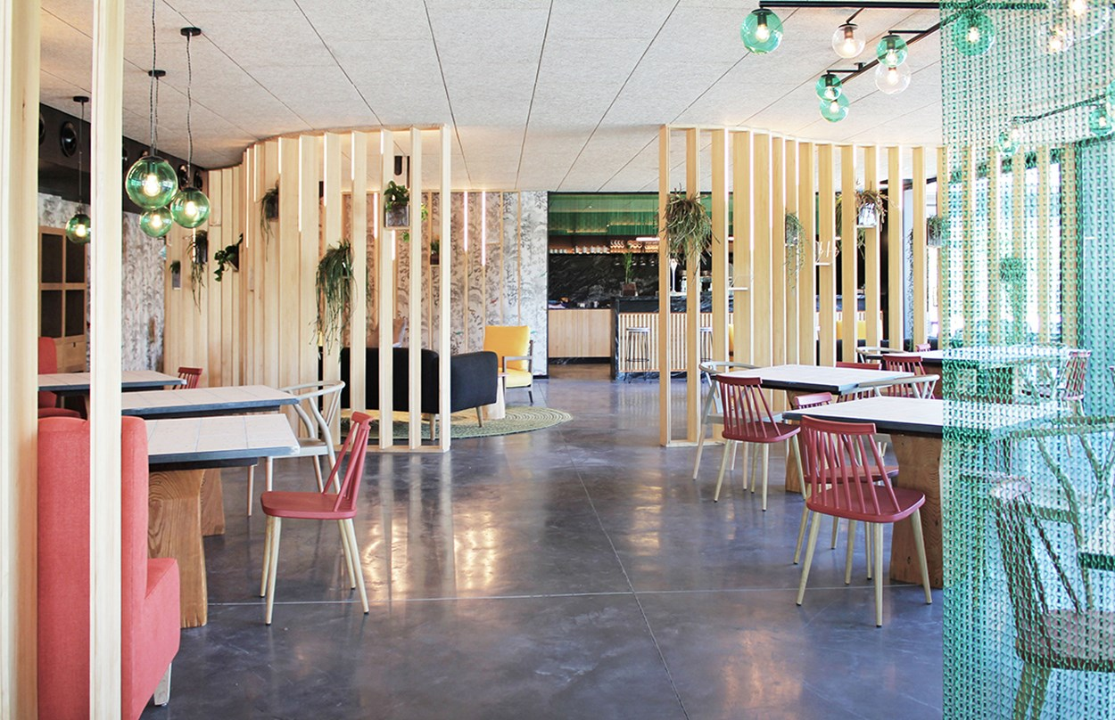 Kriskadecor-oasis-cafe-space-divider.jpg